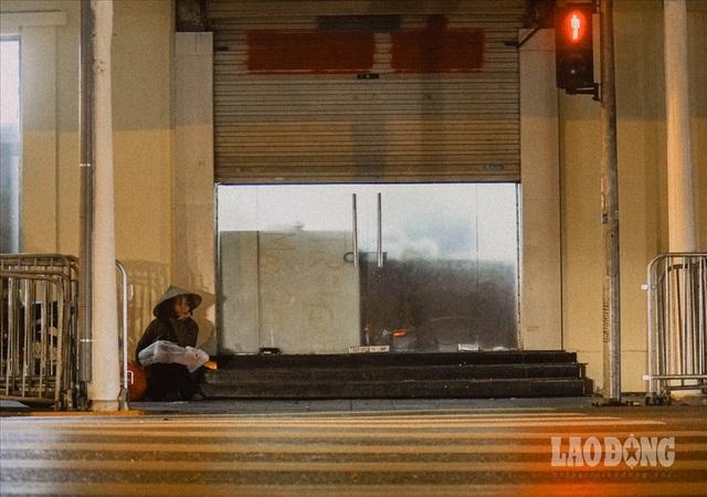 Hà Nội giá rét, người vô gia cư dùng áo mưa thay chăn để chống lạnh - 2