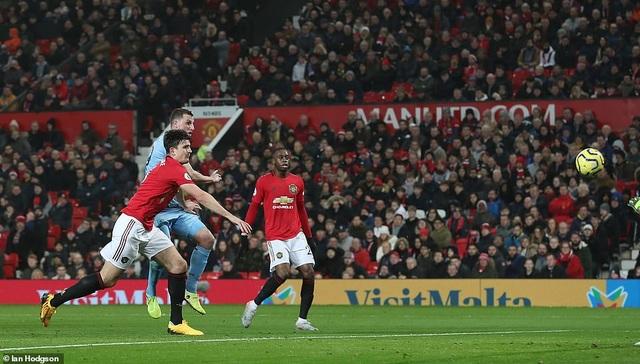 Man Utd bị Burnley đè bẹp ngay trên sân nhà Old Trafford - 4
