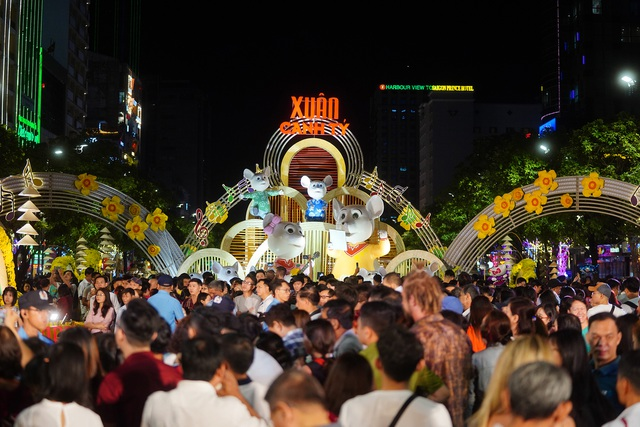 Háo hức chờ mở cửa đường hoa Nguyễn Huệ, khách nước ngoài chuẩn bị áo dài, nón lá trước cả tuần - 3
