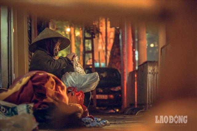Hà Nội giá rét, người vô gia cư dùng áo mưa thay chăn để chống lạnh - 3