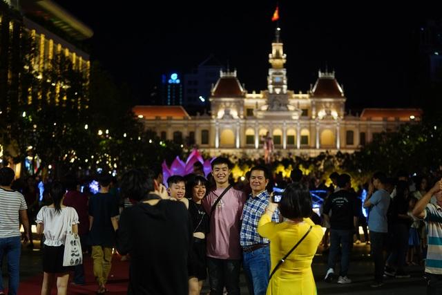 Háo hức chờ mở cửa đường hoa Nguyễn Huệ, khách nước ngoài chuẩn bị áo dài, nón lá trước cả tuần - 4