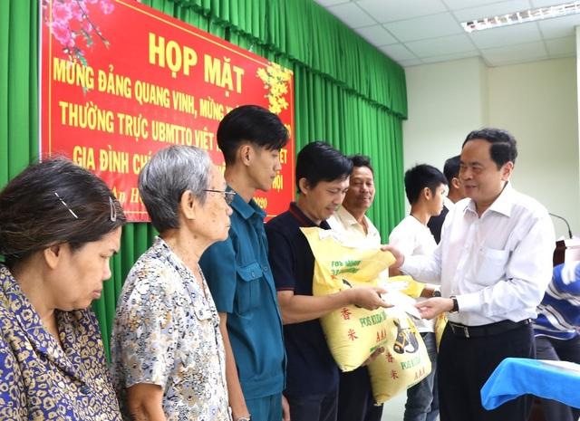 Chủ tịch UB Trung ương MTTQ  tặng quà Tết gia đình chính sách  - 2