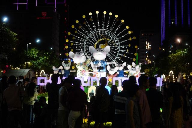 Háo hức chờ mở cửa đường hoa Nguyễn Huệ, khách nước ngoài chuẩn bị áo dài, nón lá trước cả tuần - 5