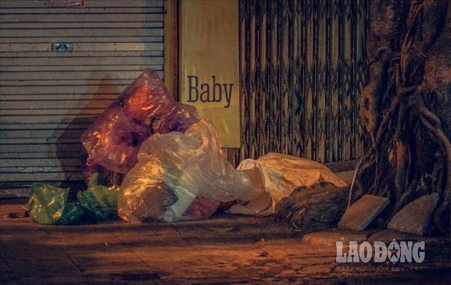 Hà Nội giá rét, người vô gia cư dùng áo mưa thay chăn để chống lạnh - 5