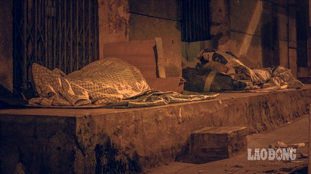 Hà Nội giá rét, người vô gia cư dùng áo mưa thay chăn để chống lạnh - 6