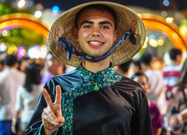 Háo hức chờ mở cửa đường hoa Nguyễn Huệ, khách nước ngoài chuẩn bị áo dài, nón lá trước cả tuần - 7