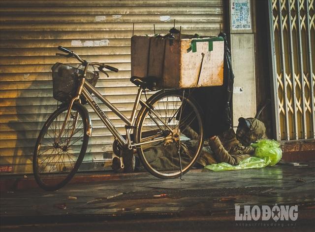 Hà Nội giá rét, người vô gia cư dùng áo mưa thay chăn để chống lạnh - 8