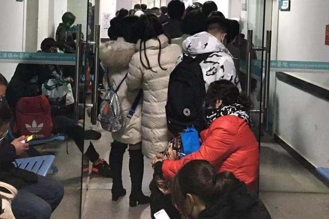 Bệnh viện ở Vũ Hán oằn mình vì quá tải do bệnh viêm phổi lạ bùng phát - 1