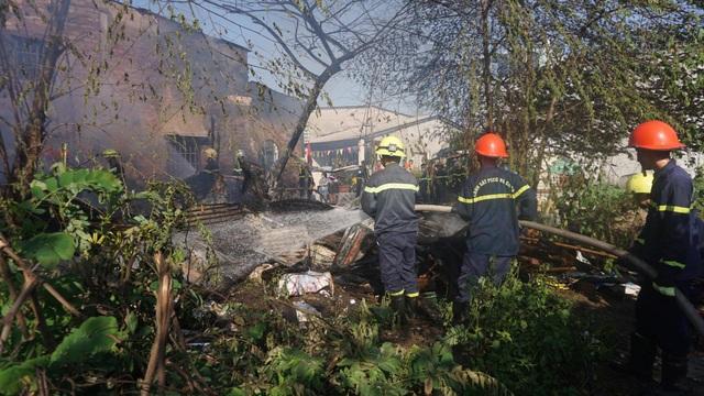 Cháy lán trại, hàng chục lính cứu hỏa căng mình dập lửa sáng 29 Tết - 1
