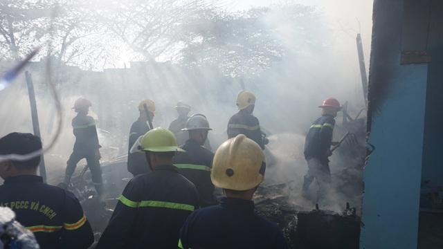 Cháy lán trại, hàng chục lính cứu hỏa căng mình dập lửa sáng 29 Tết - 2