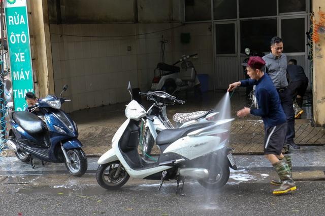 Hà Nội: Rửa xe 200 nghìn đồng/lượt, khách vẫn ùn ùn xếp hàng - 6