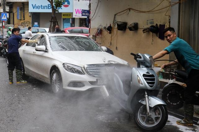 Hà Nội: Rửa xe 200 nghìn đồng/lượt, khách vẫn ùn ùn xếp hàng - 5