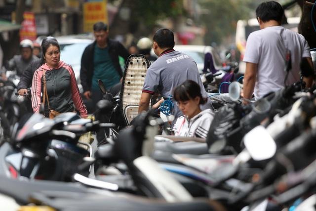 Hà Nội: Rửa xe 200 nghìn đồng/lượt, khách vẫn ùn ùn xếp hàng - 4