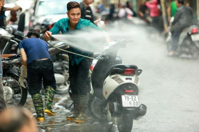 Hà Nội: Rửa xe 200 nghìn đồng/lượt, khách vẫn ùn ùn xếp hàng - 1