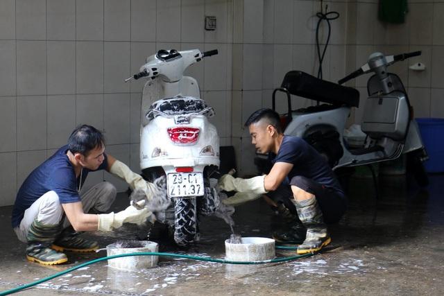 Hà Nội: Rửa xe 200 nghìn đồng/lượt, khách vẫn ùn ùn xếp hàng - 9