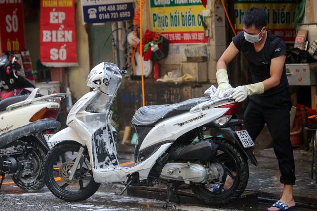 Hà Nội: Rửa xe 200 nghìn đồng/lượt, khách vẫn ùn ùn xếp hàng - 12