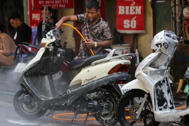 Hà Nội: Rửa xe 200 nghìn đồng/lượt, khách vẫn ùn ùn xếp hàng - 2