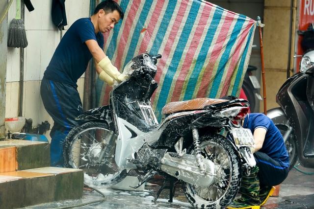 Hà Nội: Rửa xe 200 nghìn đồng/lượt, khách vẫn ùn ùn xếp hàng - 11
