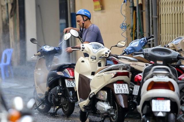 Hà Nội: Rửa xe 200 nghìn đồng/lượt, khách vẫn ùn ùn xếp hàng - 13