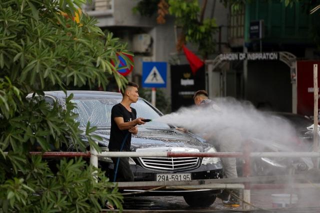 Hà Nội: Rửa xe 200 nghìn đồng/lượt, khách vẫn ùn ùn xếp hàng - 8