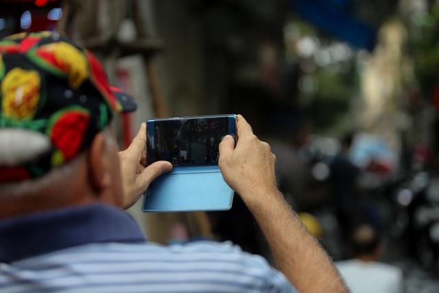 Hà Nội: Rửa xe 200 nghìn đồng/lượt, khách vẫn ùn ùn xếp hàng - 17