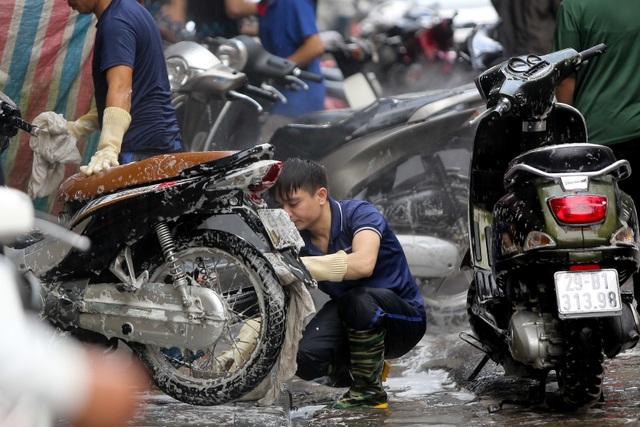 Hà Nội: Rửa xe 200 nghìn đồng/lượt, khách vẫn ùn ùn xếp hàng - 7