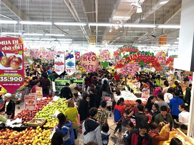 """TPHCM: Người dân """"rồng rắn"""" chờ tính tiền ở siêu thị trong ngày cao điểm Tết - 1"""