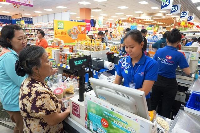 """TPHCM: Người dân """"rồng rắn"""" chờ tính tiền ở siêu thị trong ngày cao điểm Tết - 11"""