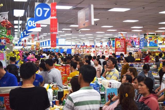 """TPHCM: Người dân """"rồng rắn"""" chờ tính tiền ở siêu thị trong ngày cao điểm Tết - 12"""