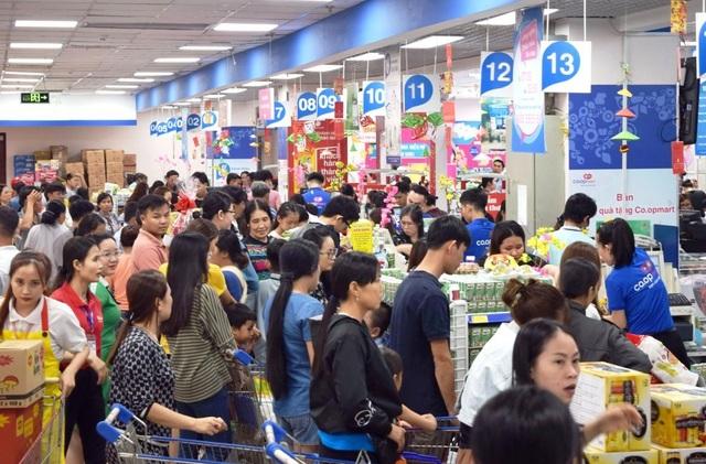 """TPHCM: Người dân """"rồng rắn"""" chờ tính tiền ở siêu thị trong ngày cao điểm Tết - 3"""