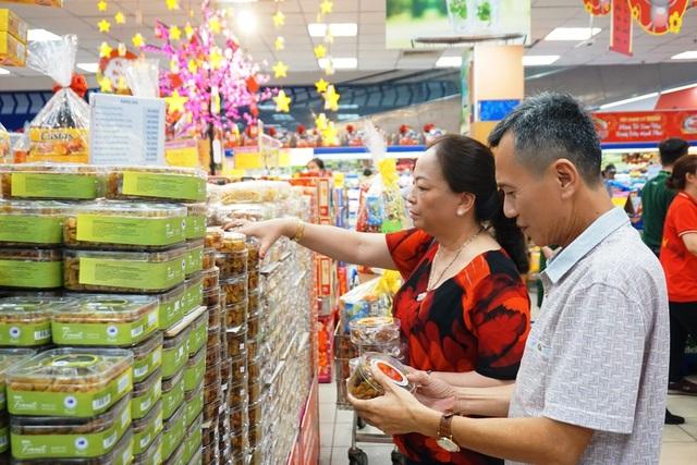 """TPHCM: Người dân """"rồng rắn"""" chờ tính tiền ở siêu thị trong ngày cao điểm Tết - 4"""
