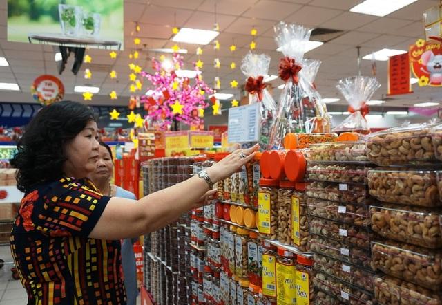 """TPHCM: Người dân """"rồng rắn"""" chờ tính tiền ở siêu thị trong ngày cao điểm Tết - 5"""