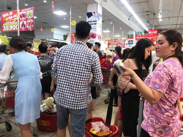 """TPHCM: Người dân """"rồng rắn"""" chờ tính tiền ở siêu thị trong ngày cao điểm Tết - 6"""