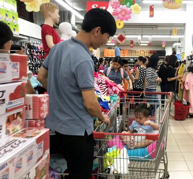 """TPHCM: Người dân """"rồng rắn"""" chờ tính tiền ở siêu thị trong ngày cao điểm Tết - 7"""