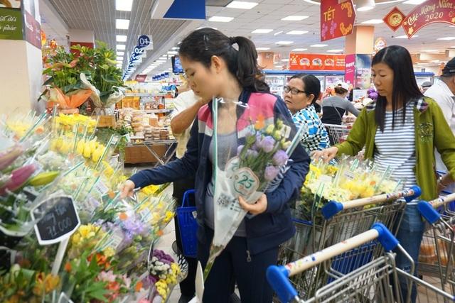 """TPHCM: Người dân """"rồng rắn"""" chờ tính tiền ở siêu thị trong ngày cao điểm Tết - 9"""
