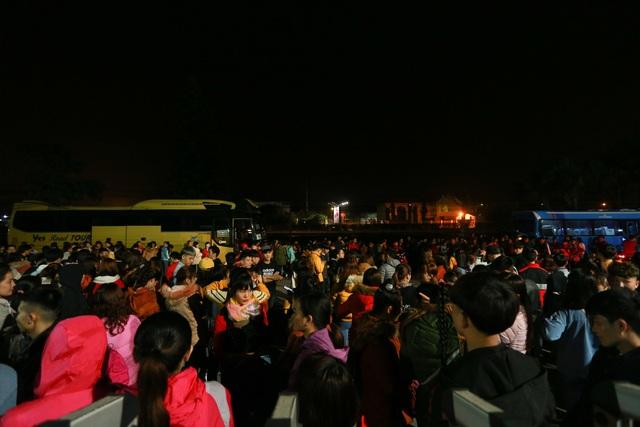 Thưởng tết khủng lúc 3 giờ sáng, hàng nghìn công nhân háo hức xuyên đêm - 1