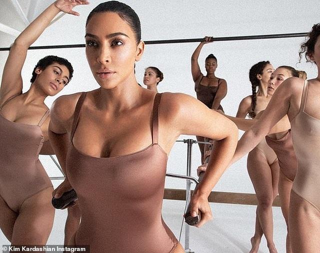 Kim Kardashian tự tin làm người mẫu thời trang - 1