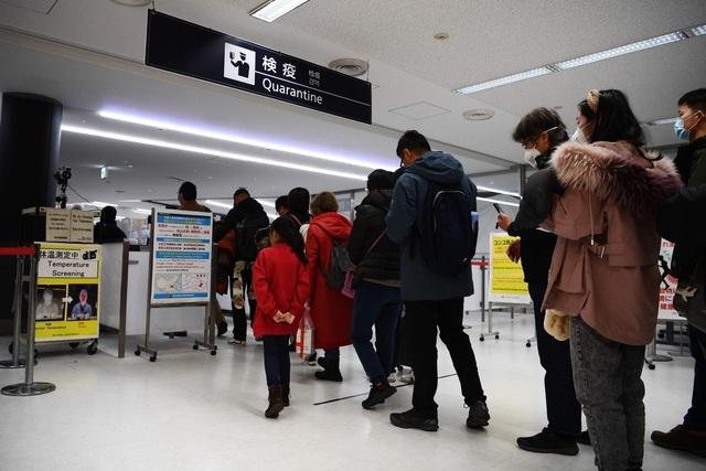 """Du khách Trung Quốc gây phẫn nộ vì uống thuốc hạ sốt """"lách"""" qua cửa kiểm tra - 1"""