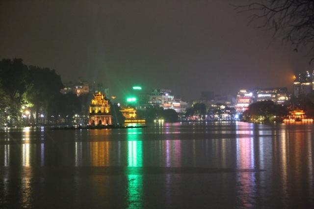Mưa lạnh đêm 30 Tết, hồ Gươm thưa thớt người chờ xem pháo hoa - 10