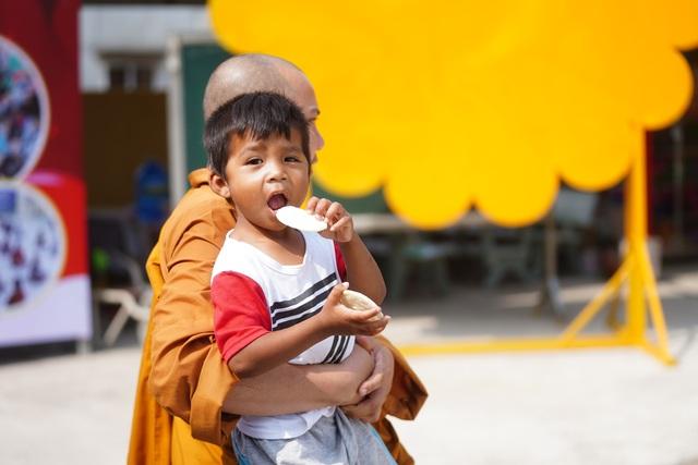 Báo Dân trí tiếp tục mang Tết đến với những đứa trẻ bị bỏ rơi tại chùa Hồng Quang - 6