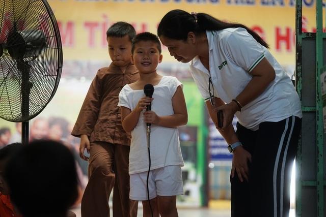 Báo Dân trí tiếp tục mang Tết đến với những đứa trẻ bị bỏ rơi tại chùa Hồng Quang - 3