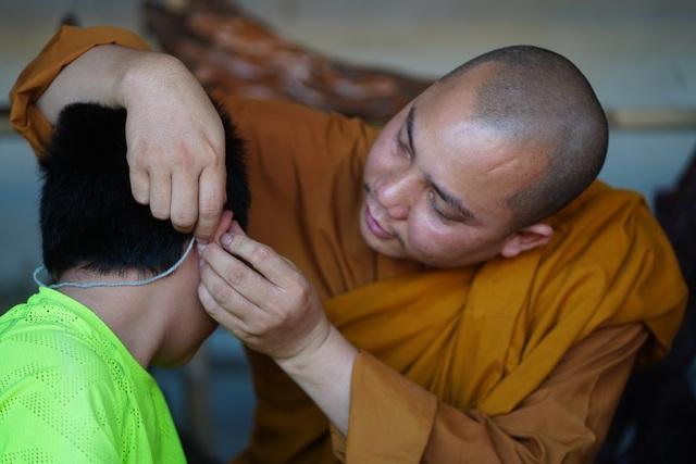 Báo Dân trí tiếp tục mang Tết đến với những đứa trẻ bị bỏ rơi tại chùa Hồng Quang - 7
