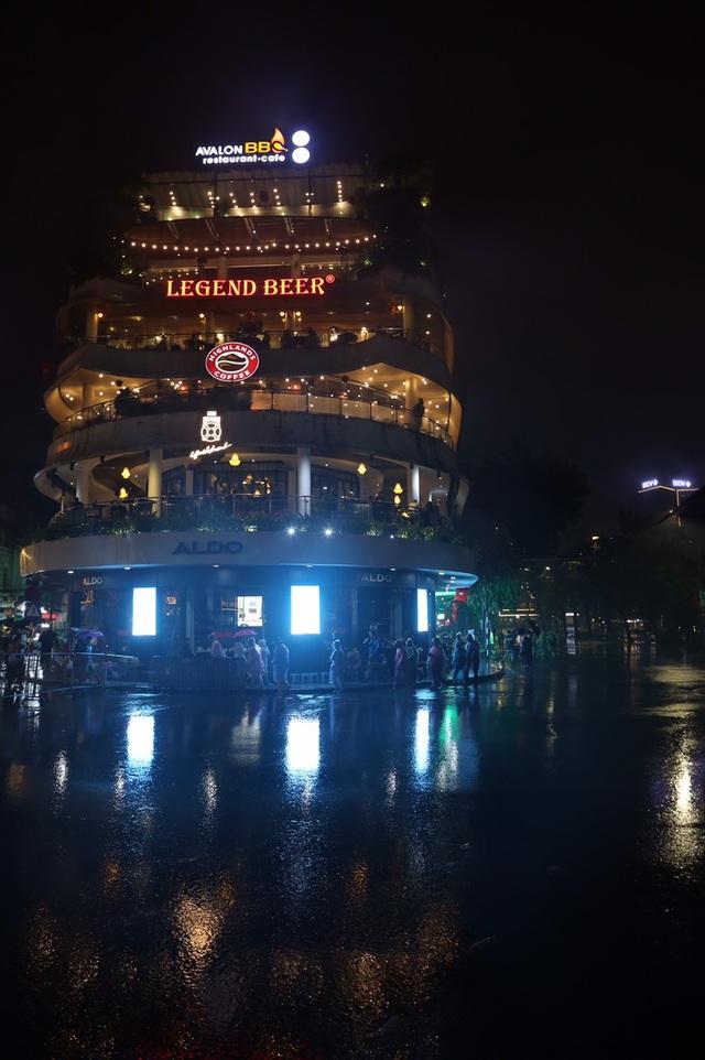 Mưa lạnh đêm 30 Tết, hồ Gươm thưa thớt người chờ xem pháo hoa - 1