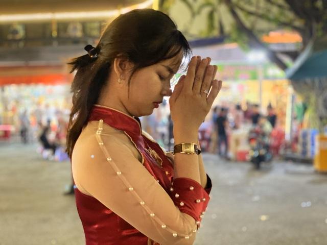 Sau giao thừa, nhiều người đi chùa cầu bình an - 11