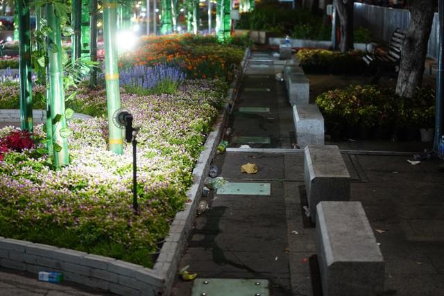 Phố đi bộ Nguyễn Huệ đầy rác sau đêm giao thừa - 6