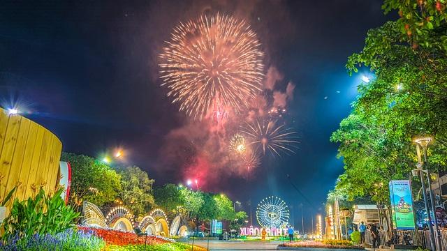 Màn pháo hoa rực rỡ trên bầu trời Sài Gòn - 1