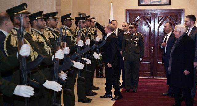 """Video Tổng thống Putin nhặt mũ cho quân nhân gây """"bão"""" mạng - 1"""