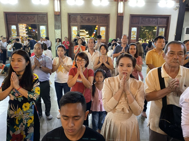 Sau giao thừa, nhiều người đi chùa cầu bình an - 3