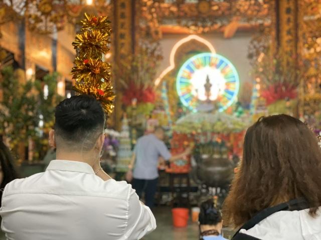 Sau giao thừa, nhiều người đi chùa cầu bình an - 8