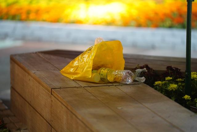 Phố đi bộ Nguyễn Huệ đầy rác sau đêm giao thừa - 4